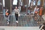 Tin tức - Video mải xem điện thoại di động, cô gái trẻ đâm vỡ cửa kính ga tàu điện