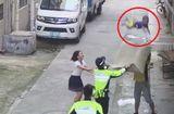 Tin tức - Clip: Cảnh sát cùng người dân giải cứu thành công bé trai bị rơi từ tầng 2
