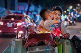 Tin tức - Từ bức ảnh gây bão mạng tới đời thực của hai mẹ con cậu bé trên chiếc xe chở đầy ve chai