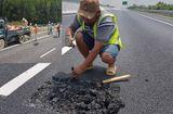 Tin tức - Ổ gà trên cao tốc Đà Nẵng - Quảng Ngãi: Vá qua loa, dùng tay cũng bóc được nhựa đường