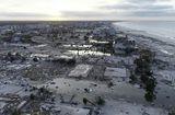 Tin tức - Siêu bão Michael hoành hành tại Mỹ: 16 người chết, ôtô và mảnh vỡ trôi nổi trong nước lũ