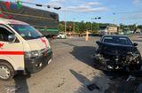 Tin tức - Tin tai nạn giao thông mới nhất ngày 15/10/2018: Xe chở bệnh nhân về quê bị tai nạn, y tá văng khỏi xe