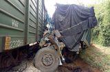 Tin tức - Hà Tĩnh: Va chạm với tàu hỏa, ô tô tải bị đâm nát đầu