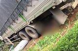 Tin tức - Xe tải húc đổ cổng, hai vợ chồng ở trong sân tử vong