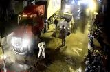 Tin tức - Xúc động hình ảnh chiến sĩ CSGT quét dầu nhớt trên quốc lộ lúc nửa đêm