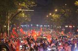 Tin tức - Hàng triệu CĐV đổ ra đường ăn mừng đội tuyển Việt Nam tiến thẳng trận chung kết AFF Cup