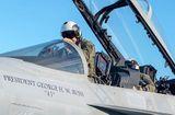 Tin thế giới - 21 tiêm kích Mỹ lập đội hình tiễn biệt cố Tổng thống Bush