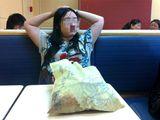 """Tình yêu - Giới tính - Cô gái """"đóng đô"""" ở nhà hàng KFC cả tuần vì…thất tình"""