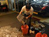 Thế giới - Clip: Thiếu gia mang 1 tạ tiền xu ... trả nợ mua xe