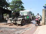 """Xã hội - Đồng Nai: Đường biến thành """"ao"""" vì xe quá tải"""