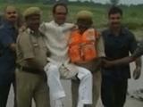 Video-Hot - Hình ảnh quan chức Ấn Độ được khiêng qua chỗ ngập gây