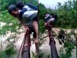 Video-Hot - Hãi hùng cảnh cõng trẻ trên ống dẫn nước để vượt suối