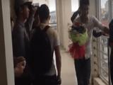 Video-Hot - Màn tỏ tình ngày 20/10 tại Đại học Vinh và cái kết... đập vỡ micro