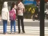 """Video-Hot - Bà lão """"gàn"""" cần mẫn hàng ngày đưa các học sinh qua đường"""