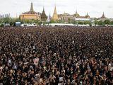 Video-Hot - Biển người Thái Lan hát quốc ca tưởng nhớ Vua Bhumibol