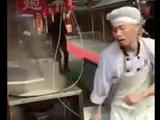 Video-Hot - Anh chàng bán mỳ gây sốt vì vừa nấu vừa múa