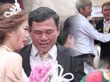 Video-Hot - Clip cha khóc nức nở tiễn con gái lên xe hoa lấy nước mắt người xem
