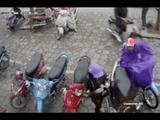 Video-Hot - Trộm mặc áo mưa để che khi móc giỏ xách trong cốp xe