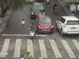 Video-Hot - Bé gái 2 tuổi lọt dưới gầm 2 ô tô đang chạy mà vẫn sống sót