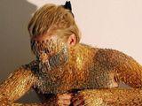 Cô gái trẻ xâu hàng nghìn chiếc kim băng lên người để tạo một tác phẩm nghệ thuật