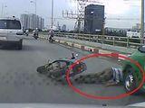 Video: Xe máy ngã văng trước đầu taxi, tài xế thoát chết ngoạn mục
