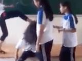 Nhóm nữ sinh đánh hội đồng, lột áo bạn cùng trường bị đình chỉ học
