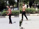 """Nam thanh niên nghi """"ngáo đá"""" tự đâm vào bụng mình rồi đứng la hét giữa phố"""