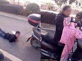 Tàn nhẫn mẹ dùng dây xích trói con vào xe máy và kéo lê trên đường