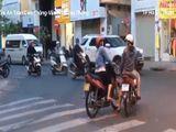 Tin trong nước - Video: Hai phụ nữ dừng xe giữa ngã ba tán chuyện, bất chấp xe cộ lưu thông
