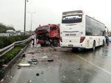 Vụ xe khách đâm xe cứu hỏa trên cao tốc Pháp Vân - Cầu Giẽ: Ai đi sai?