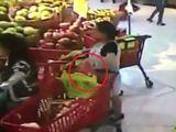 Camera ghi hình bà bầu thản nhiên trộm ví trong siêu thị ở Hà Nội