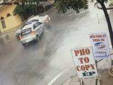 Tin tức - Video: Xe taxi phóng nhanh, đâm trúng ô tô tại ngã tư