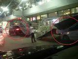 Tin tức - Clip: Hàng rào chắn bị gió to thổi sập, đè lên ô tô ở sân bay Nội Bài