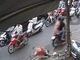Video: 2 tên cướp đi xe máy giật dây chuyền khiến cô gái ngã sấp mắt trên vỉa hè