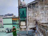 Sự thật nam thanh niên bị mắc kẹt suốt đêm trên mái tôn ở Sài Gòn