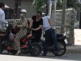 Tin tức - Video: Dừng xe mua hoa quả ven đường, cô gái bị kẻ gian trộm tiền với
