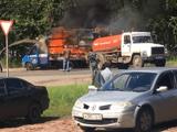 """Video - Video: Xe chở hàng hiệu bốc cháy, xe hút bể phốt đi ngang thành """"anh hùng"""" dập lửa"""