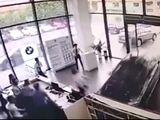 Video - Video: Nhầm chân phanh, cô gái lao thẳng ô tô vào quầy lễ tân của cửa hàng BMW