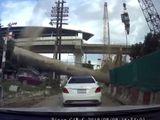 Video - Video: 2 cô gái thoát chết thần kỳ sau khi cột thép 4 tấn rơi xuống, đè bẹp xe Mercedes