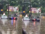 Tin tức - Video: Cô dâu chật vật xách váy trèo ra khỏi xe hoa ngập nước