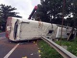 Tin tai nạn giao thông mới nhất ngày 17/8/2018: Đập cửa, cứu 30 hành khách ra khỏi ôtô bị lật