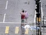 Tin tức - Video: Bố bắt 2 con đứng co ro tạo dáng chụp ảnh trong siêu bão Mangkhut
