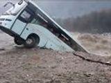 Tin tức - Video: Kinh hãi cảnh xe khách bị cuốn phăng xuống dòng lũ dữ