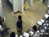 Dùng điện thoại quay cảnh bác sĩ làm việc, người nhà bệnh nhân bị đánh