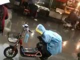 Tin thế giới - Video: Cảm động cảnh bé trai khom người che yên xe cho mẹ dưới trời mưa