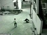 Tin tức - Cậu bé thoát chết ngoạn mục khi ngã từ tầng 3 xuống nhờ rơi trúng bạn mình