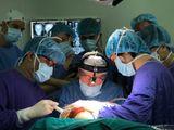 Chuyên gia đầu ngành Vương quốc Anh phối hợp BV Việt Đức vi phẫu cho bệnh nhân