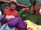 Phát hiện bé 3 tuổi bị bỏ đói lả, lạnh run dưới chân cầu vượt