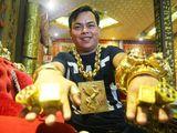 Video: Cận cảnh cơ ngơi lộng lẫy của đại gia đeo 13kg vàng đi cổ vũ tuyển Việt Nam