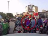 """Tin tức - Video: Tài xế ô tô bóp còi, cô gái thoát """"kẻ đạo chích"""" khi chờ đèn đỏ"""